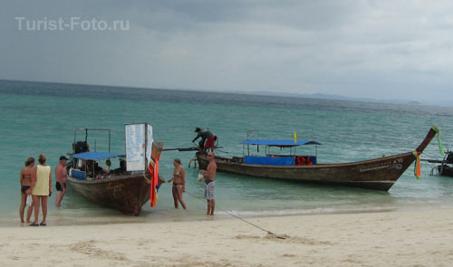 На фото: туристы на острове Пода. Тайланд