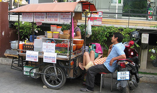 На фото: уличный продавец еды в Сануке и Сабае